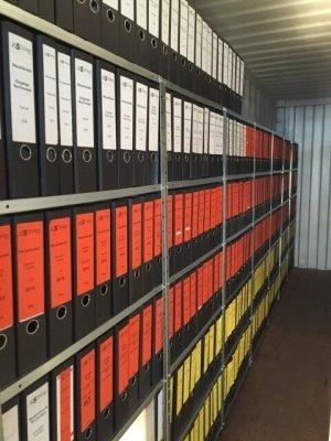 Befüllte Aktenregale zur Aktenaufbewahrung in einem 13,5m² Container