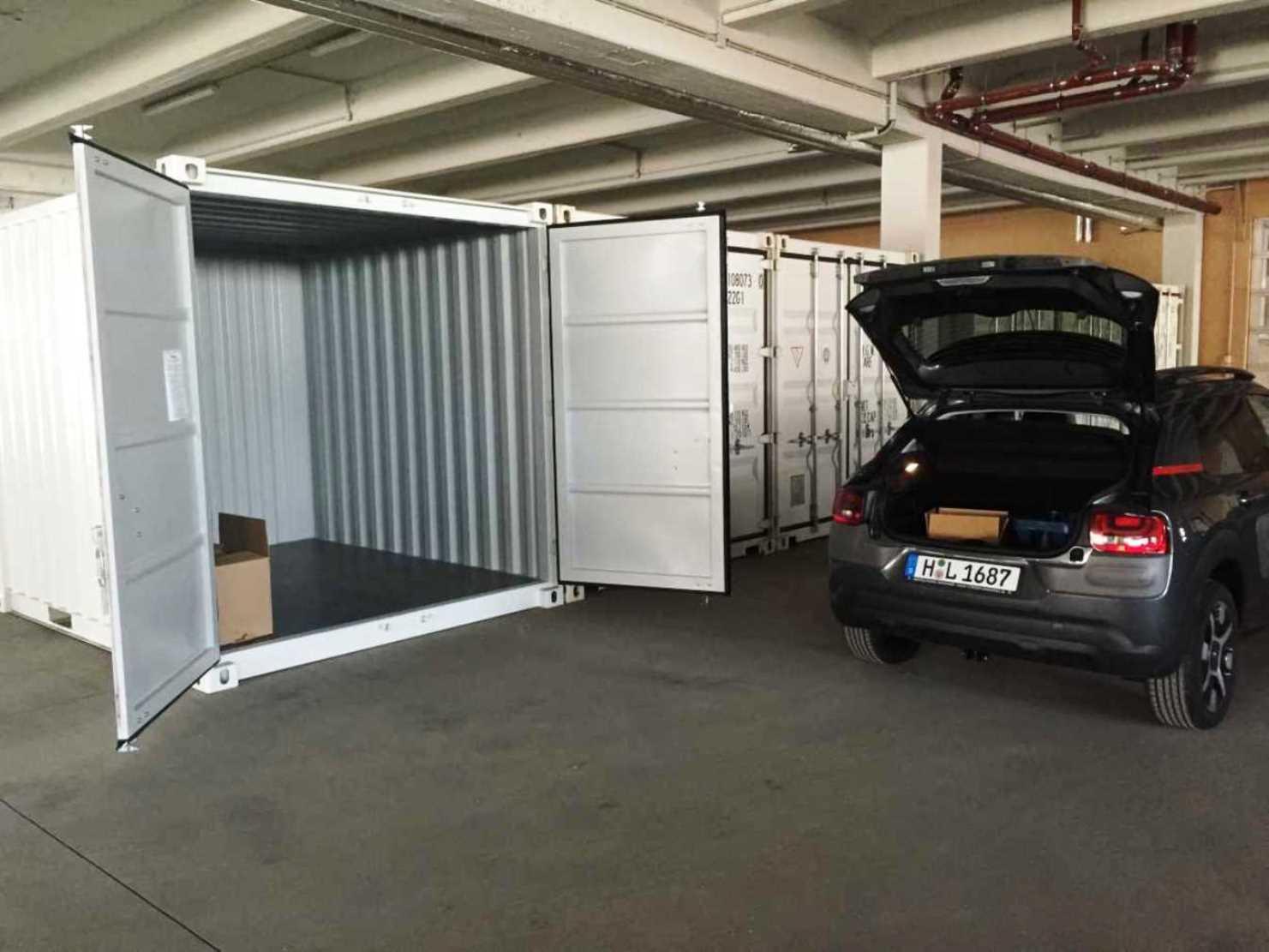 Mit dem Auto direkt vor einer Container Box be- und entladen